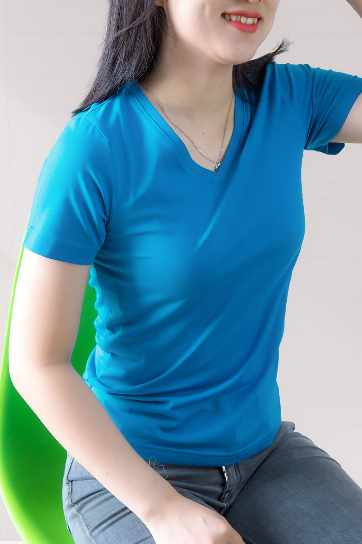Áo thun trơn nữ cổ tim màu xanh dương