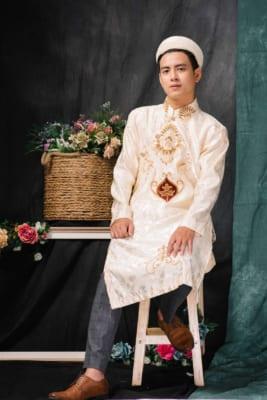 Áo dài nam may từ vải lụa