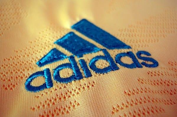 Cách thêu logo lên áo thun đồng phục số lượng ít - Atlan