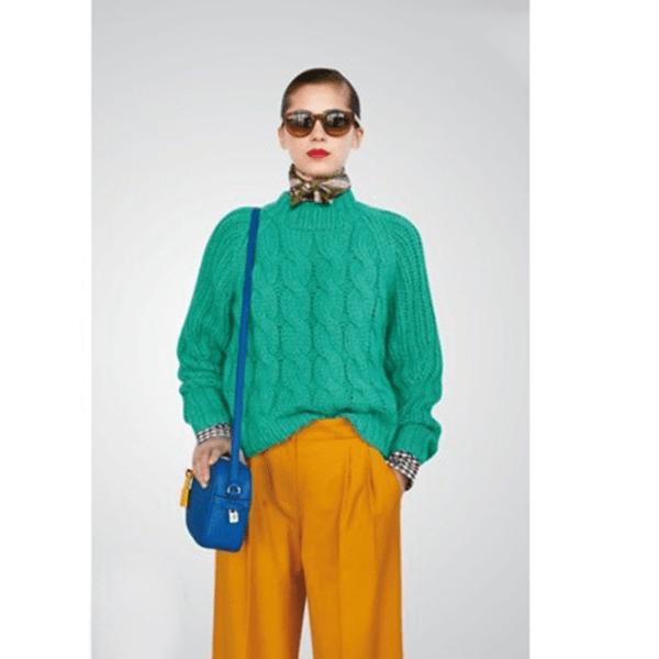 Áo màu xanh ngọc và đầm màu cam