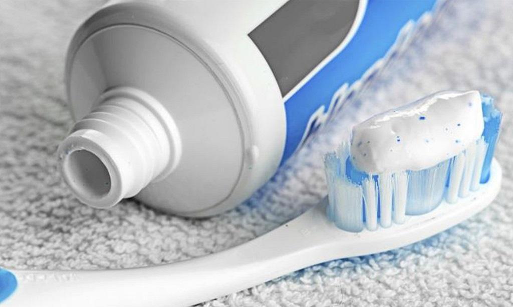 Cách xử lý quần áo bị lem màu bằng kem đánh răng