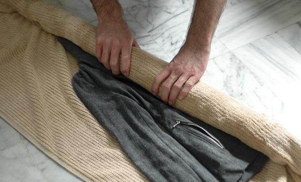 Cách làm khô quần áo cấp tốc bằng khăn bông