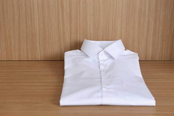 Làm phẳng áo sơ mi không cần bàn ủi